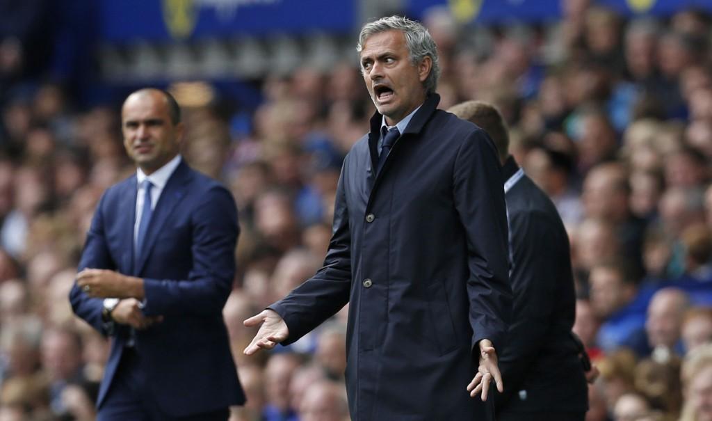 IRRITERT: Det er ikke bare fest og glede for José Mourinho i Chelsea for tiden.