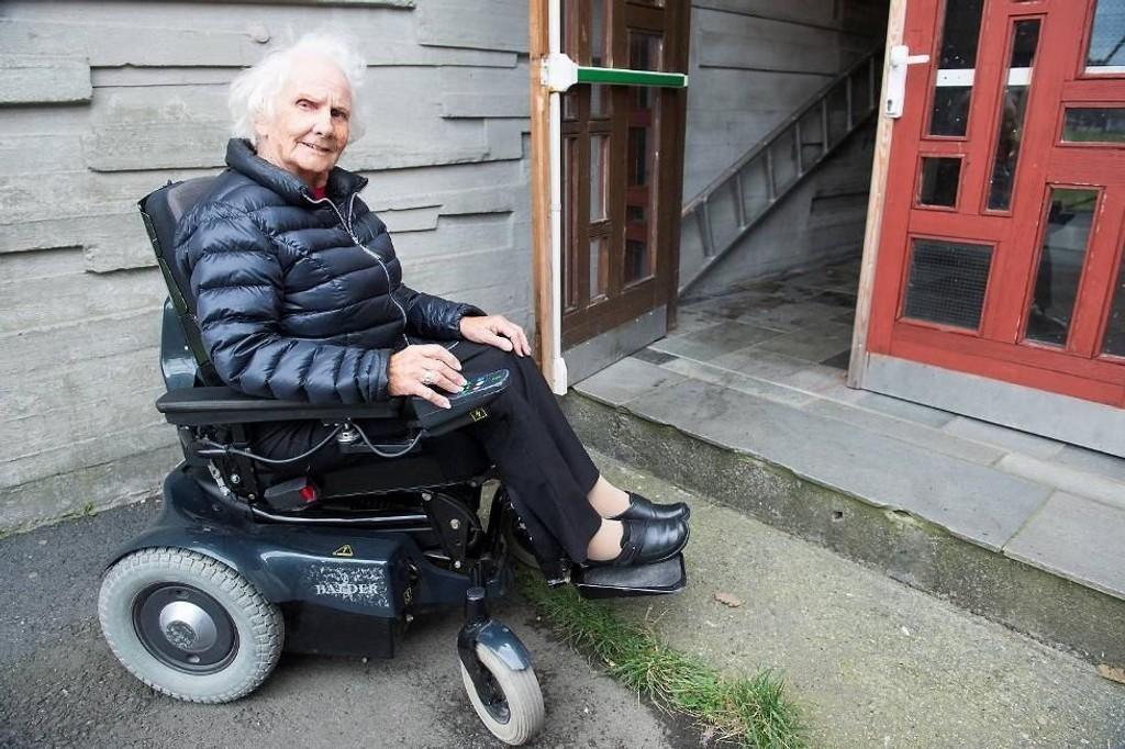 Agnes Monsen (87) måtte stemme på utsiden av stemmelokalet til kirkevalget i Haukelandshallen. Hun syntes det var trist at hun ikke kom seg inn i stemmelokalet.