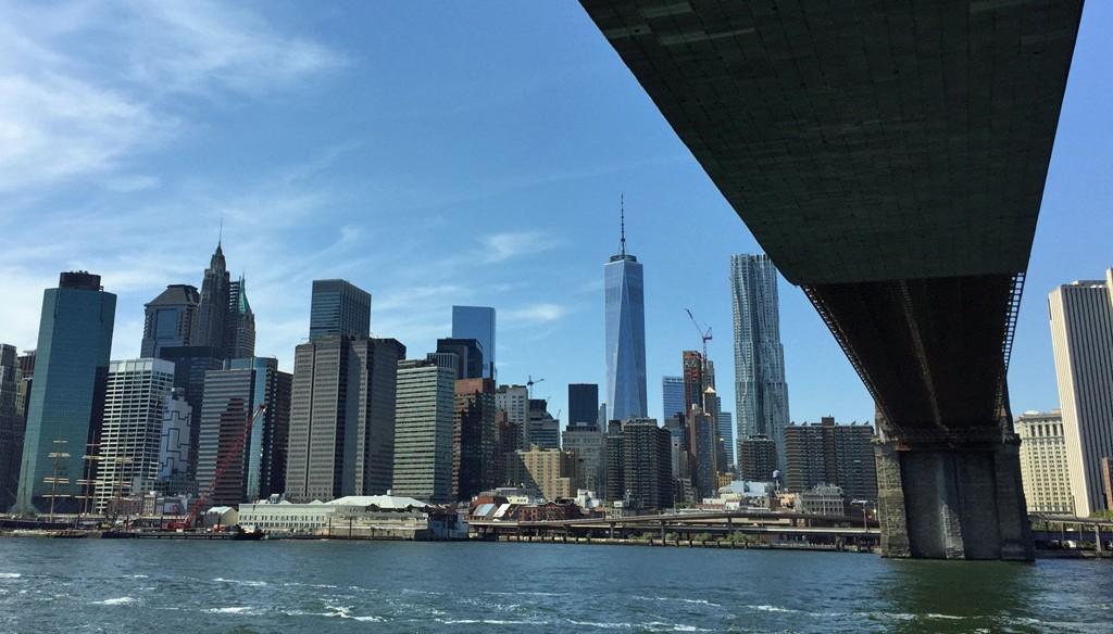 Finansdistriktet i New York sett fra East River.