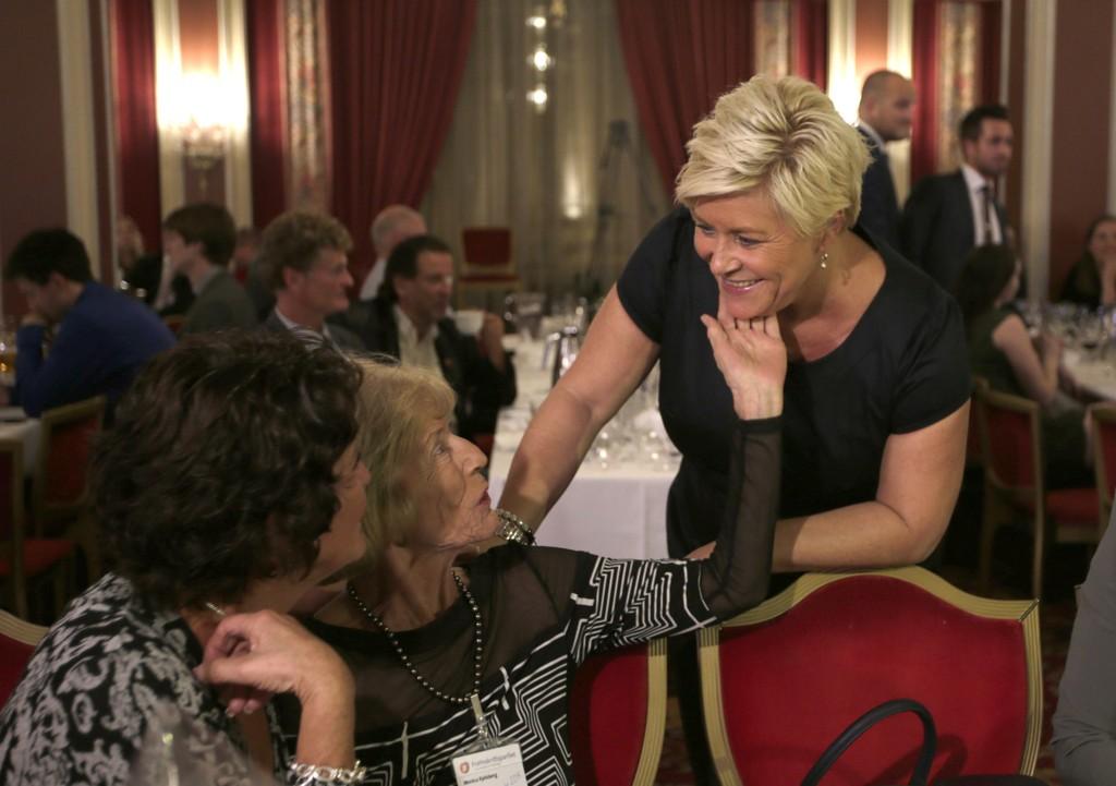 Frp-leder Siv Jensen fikk trøst av mamma Monica Kjelsberg på valgvaken i Oslo. - Det er lov å være skuffet, sier Siv Jensen.