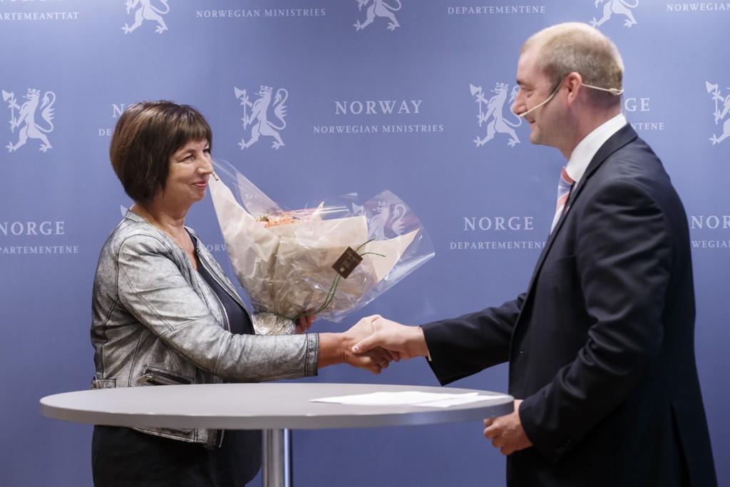 Sigrun Vågeng (64) ble i statsråd fredag utnevnt til ny Nav-direktør etter Joakim Lystad. Her sammen med arbeids- og sosialminister Robert Eriksson.