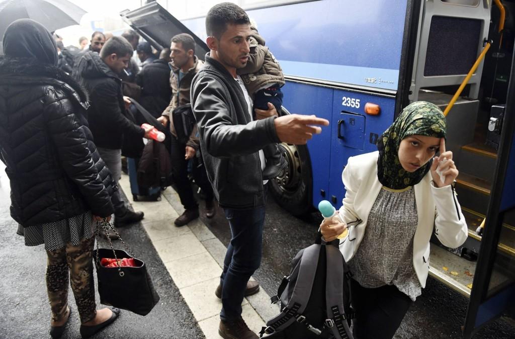Flyktninger kommer til et samlingspunkt for offentlig transport i Torneå nordvest i Finland.