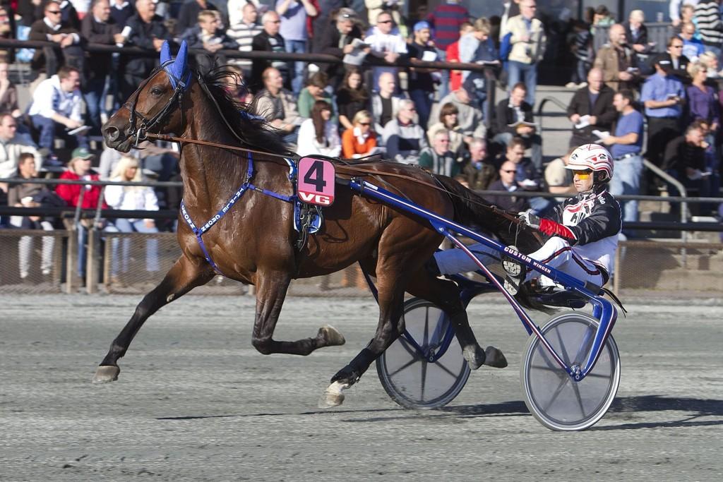 Triple Crown og kusk Eirik Høitomt blir hardt betrodd i V65-innledningen. Foto: Anders Kongsrud/www.hesteguiden.com.