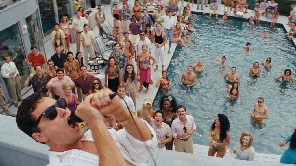 THE WOLF OF WALL STREET: Det bannes mye når det svindles og hvitvaskes penger. Filmen sentrerer seg rundt aksjemegleren Jordan Belfort (Leonardo DiCaprio) på Wall Street.