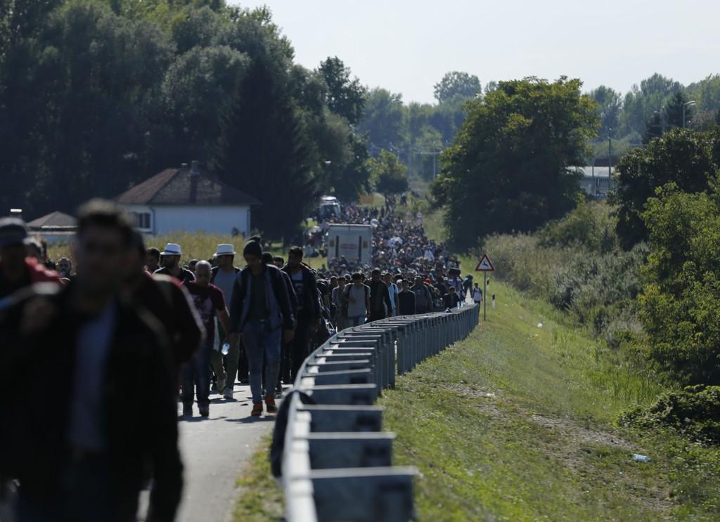 Flyktninger og migranter går mot den ungarske grensen etter å ha kommet med tog til Botovo i Kroatia.