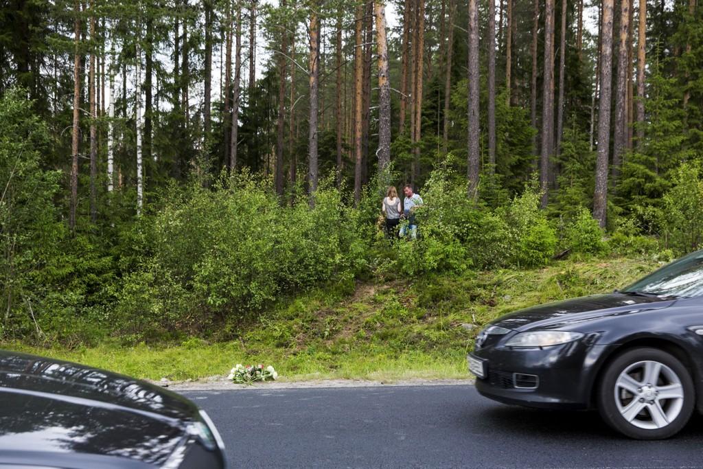Det ble lagt ned blomster ved riksvei 25 utenfor Elverum etter at tre ungdommer mistet livet da bilen de satt i krasjet med en elg og deretter traff et tre natt til 3. juli.