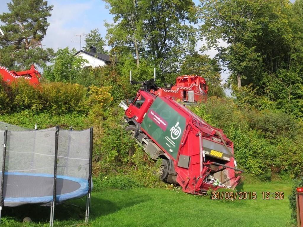 INN I HAGE: Den tunge søppelbilen endte den ville ferden i en hage – like ved en trampoline.