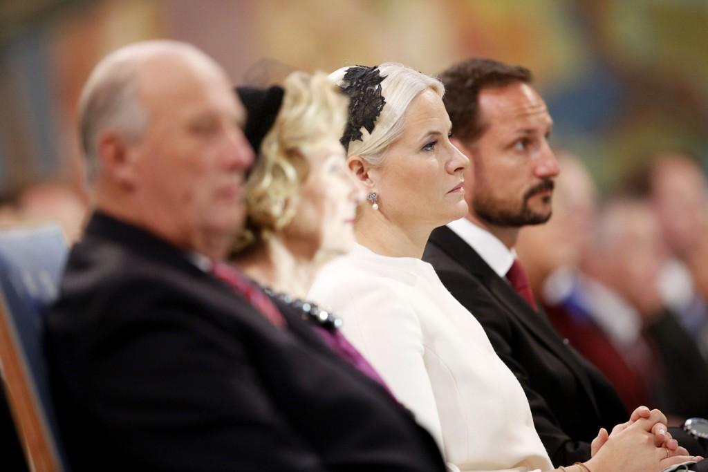 Kong Harald, dronning Sonja, kronprinsesse Mette- Marit og kronprins Haakon får ny kritikk etter sitt forsøk på avklaring torsdag kveld.