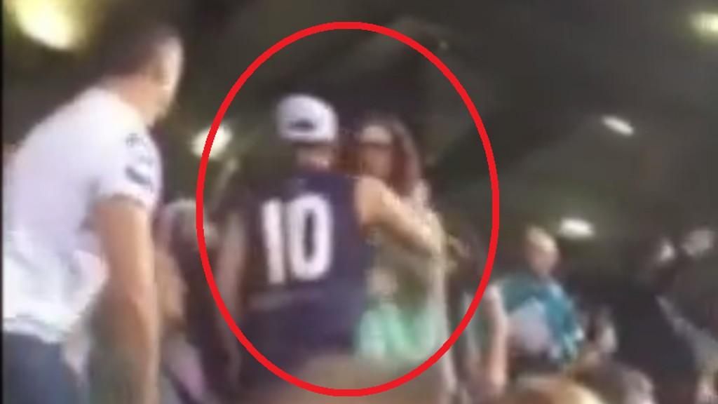 TRIBUNEVOLD: Mannen med nummer 10 på ryggen slår her til en kvinnelig tilskuer.
