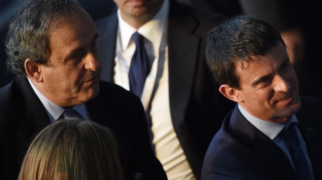 STØTTES: Michel Platini støttes av Frankrikes statsminister Manuel Valls (t.h.).