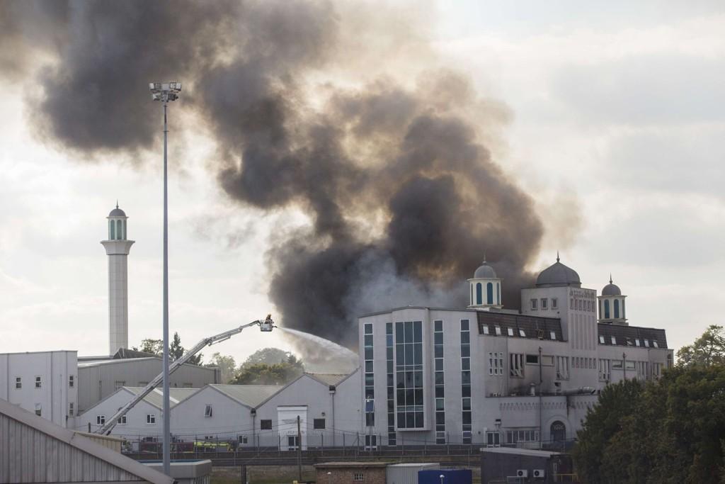 Brannmannskap kjemper mot flammene i Baitul Futuh-moskeen sør i London.