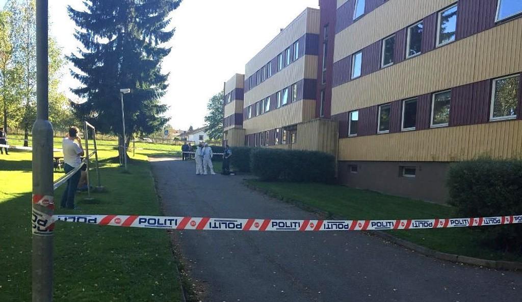 En DREPT: Politiet sperret av et område i Ottestad i Stange, etter at to personer ble skutt. En sivilist ble drept, mens en politimann kom alvorlig til skade.