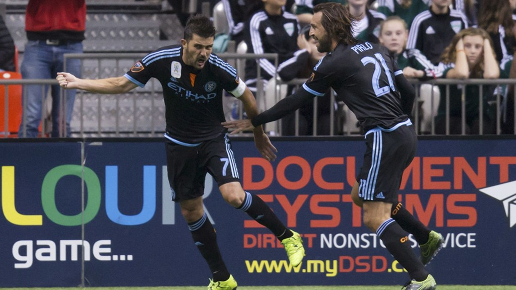 MATCHVINNER: David Villa og Andrea Pirlo feirer førstnevntes matchvinnende scoring.