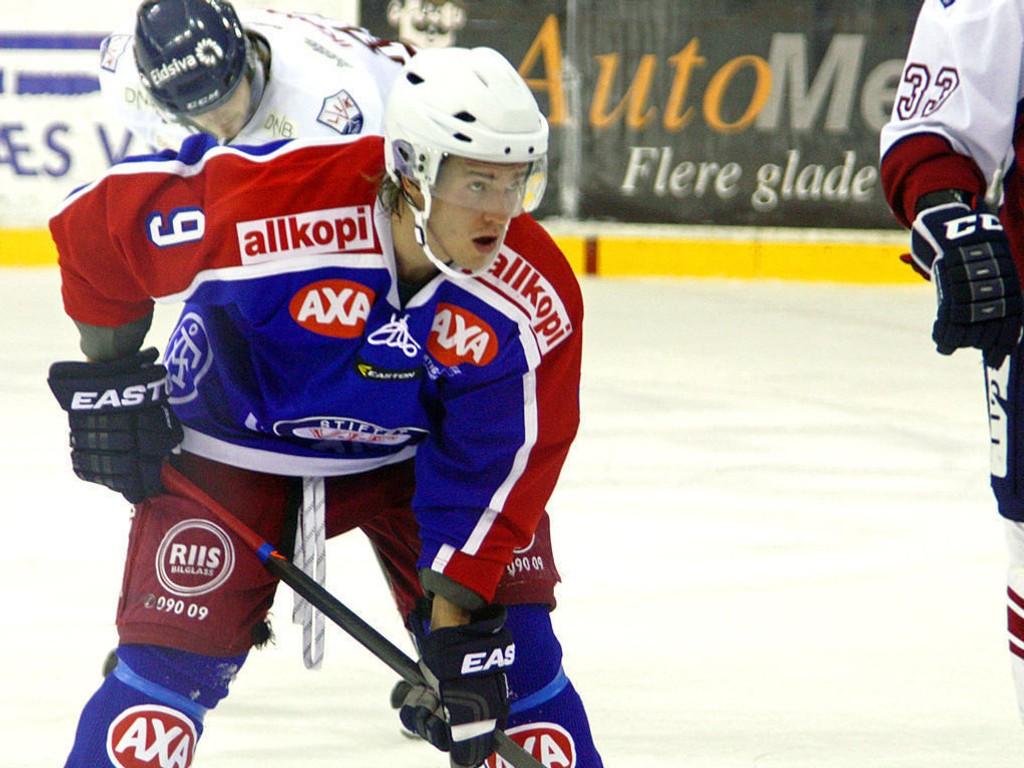 UHELDIG TAKLING: Rasmus Juell mistet hjelmen da han ble taklet inn mot vantet i byderbyet mot Mamglerud Star. Bildet er fra en tidligere kamp mot Lillehammer.