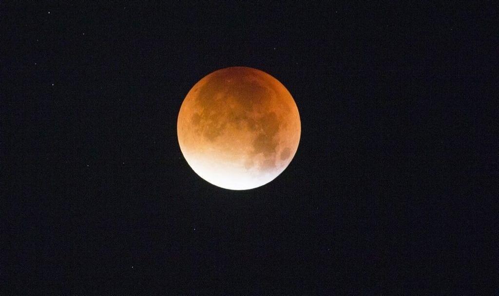 Supermåne og total måneformørkelse sett fra Oslo sent natt til mandag 28.09.15.