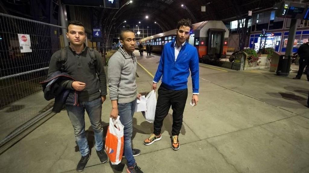 BA møtte de tre blindpassasjerene på togstasjonen i Bergen like før avgang. De tar nattoget til Oslo, hvor de skal søke asyl.