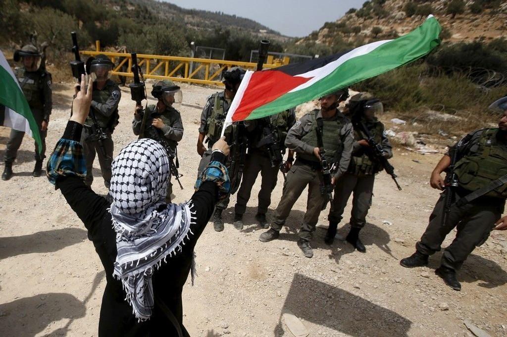 Det er overhengende fare for at oljefondets investeringer i israelske statsobligasjoner strider mot forpliktelsen om ikke å støtte opp om brudd på folkeretten, heter et i en ny rapport. Bildet er fra en demonstrasjon mot den israelske muren som bygges på det okkuperte Vestbredden.