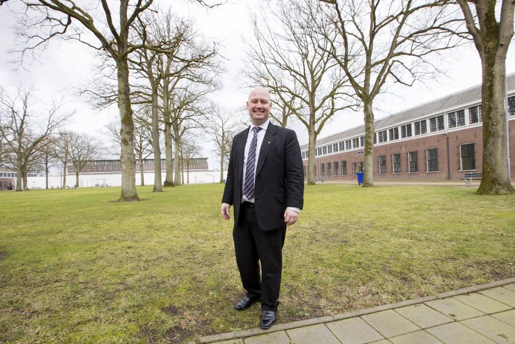 Her er justisminster Anders Anundsen i lufteområdet i Norgerhaven Prison i Veenhuizen i Nederland. Norge har inngått avtale om at 242 norske fanger skal sone sine dommer i dette fengslet. Foto: Håkon Mosvold Larsen / NTB scanpix
