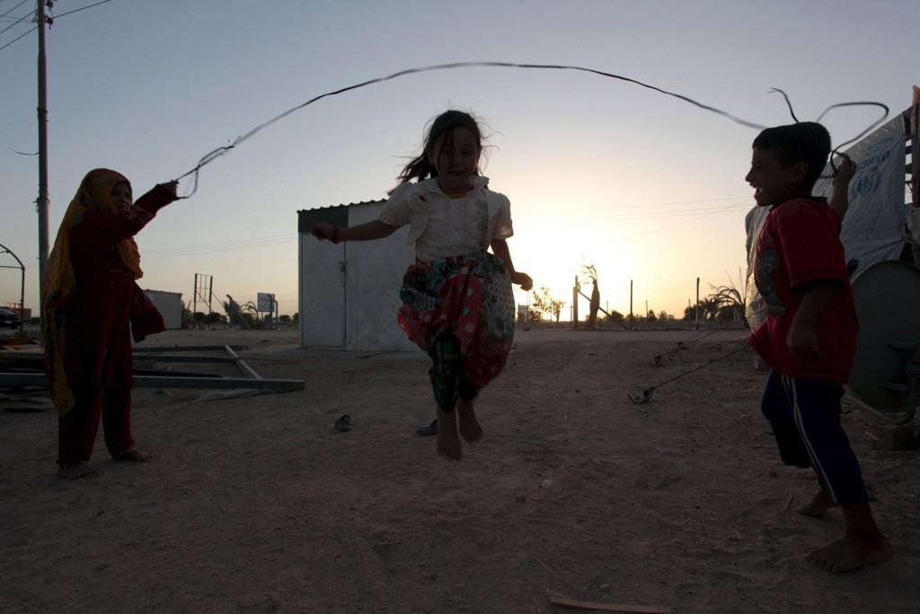 Irakiske jenter på flukt fra IS' brutalitet i Mosul, avbildet mens de leker under den muslimske festivalen Eid i en flyktningleir i Bagdad. Nettavisen får opplyst fra sikre kidler at flere norske kvinner har født barn i IS-kalifatet (Illustrasjonsbilde).
