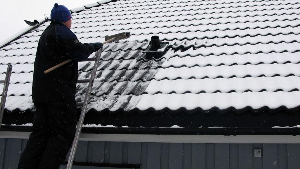 Det kan være for sent å rense takrennene for løv og kvist etter at frosten kommer.