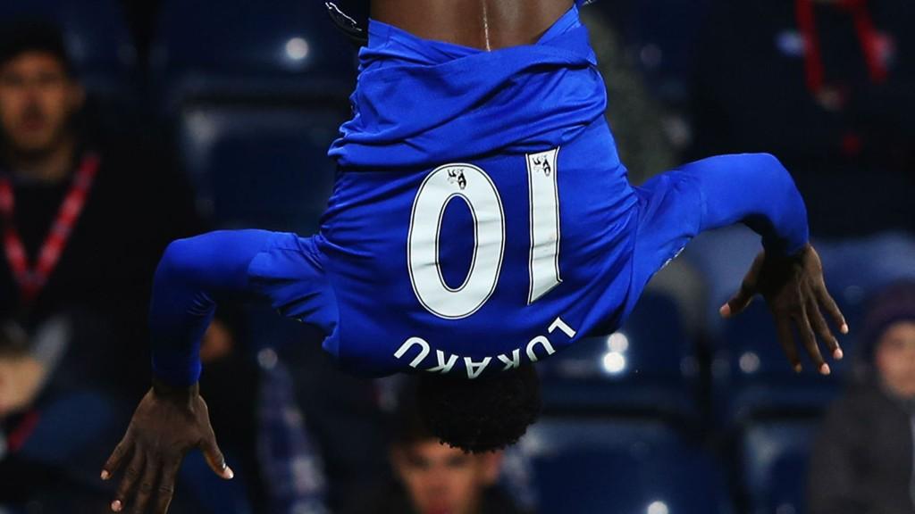 SNUDDE KAMPEN: Romelu Lukaku feiret slik etter at han satte inn 3-2 for Everton mot West Brom.