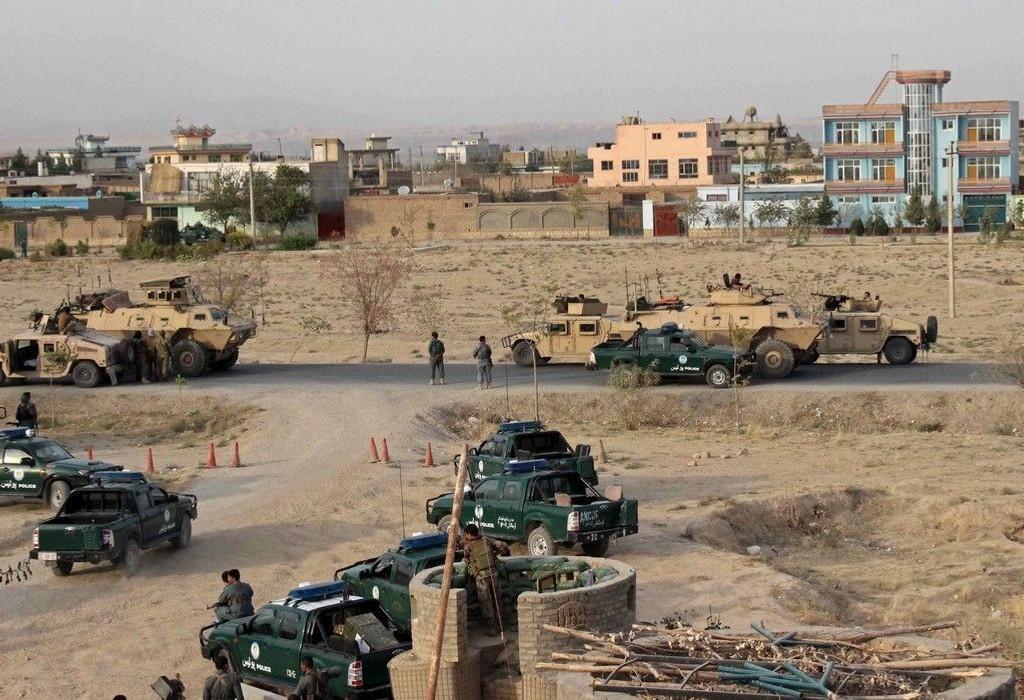 Afghanske sikkerhetsstyrker tar her stilling utenfor Kunduz. Bilde er tatt onsdag.
