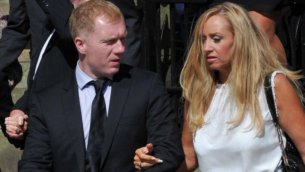 Paul Scholes her med kona Claire Froggatt, mener Premier League mangler toppspillere. 40-åringen la opp etter 2013-sesongen.