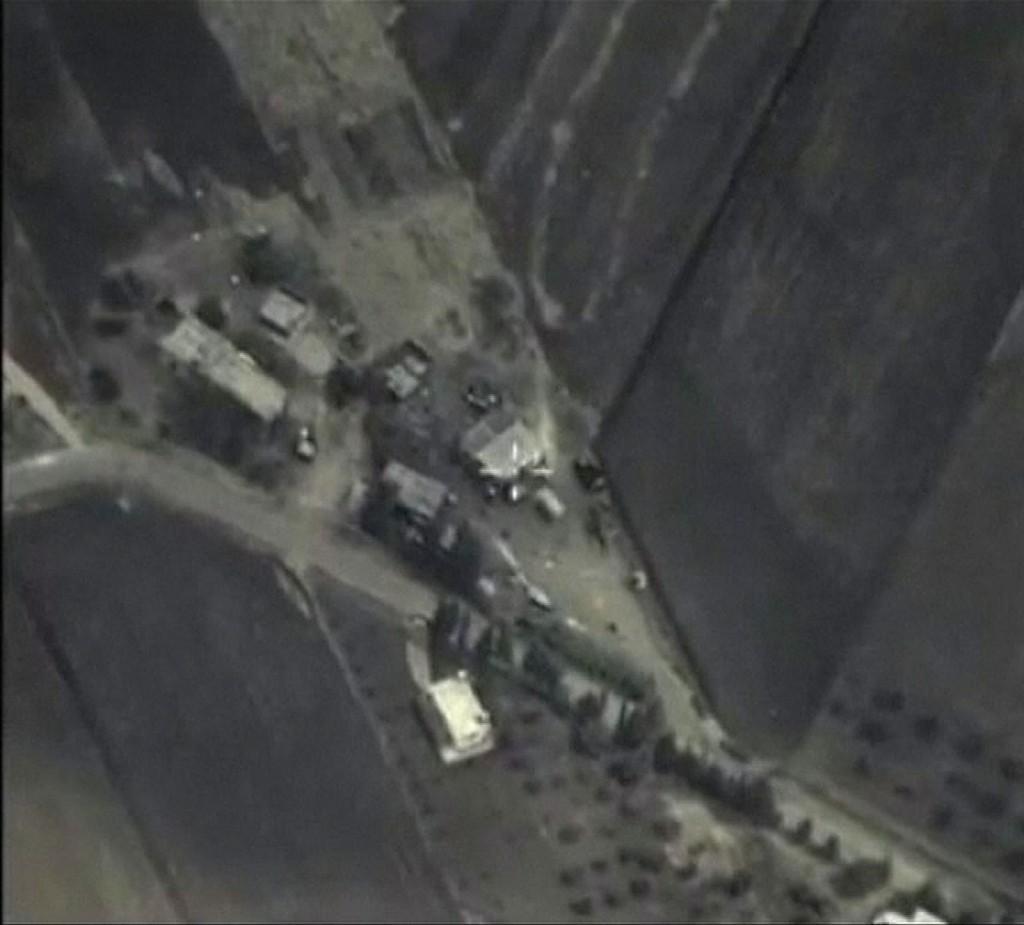 Dette skjermbildet offentliggjort av det russiske forsvarsdepartementet viser angivelig et luftangrep mot et IS-mål i et fjellområde i Syria onsdag. Russiske militærfly bombet har i løpet av 24 timer ødelagt tolv IS-mål, ifølge forsvarsdepartementet.