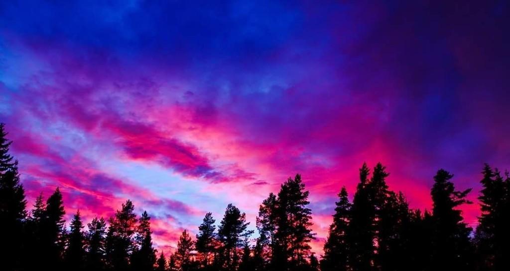 VAKKERT: Vinden lenger nord gjør at skyene får såkalte fjellbølger, noe som gir et ekstra fint lys når sola treffer dem. dette bildet er tatt på Magnor. Foto: Roy Stranna