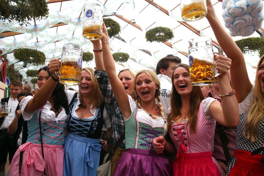 Oktoberfestivalen i Tyskland har øl, bratwürst, lederhosen, ompa ompa og distraherende utringninger. Riktignok er ikke halviteren like billig som i Øst-Europa (10 kr), men likevel blant de aller billigste i Vest-Europa.