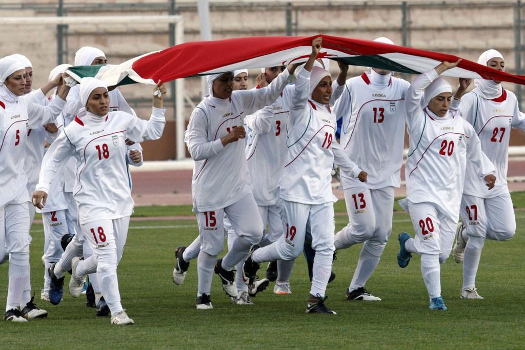 - MENN: Flere storaviser melder at åtte i Irans landslag for kvinner er menn.