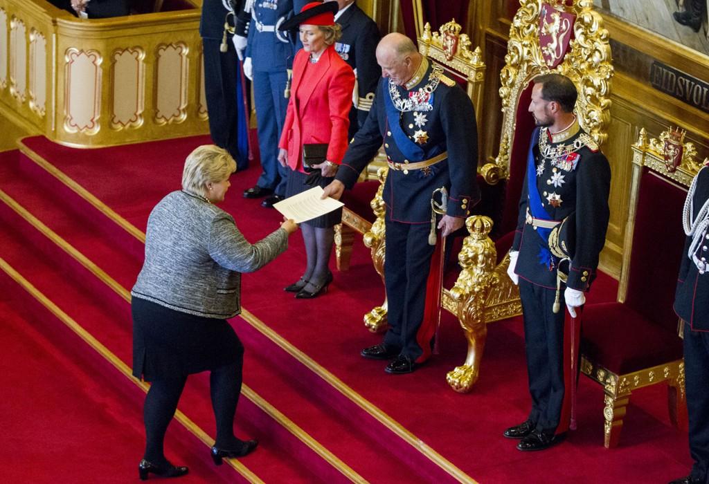 Stortingets åpning 2015: Statsminister Erna Solberg (H) overrekker trontalen til kong Harald som er flankert av dronning Sonja og kronprins Haakon under den høytidelige åpningen av det 160. storting fredag.