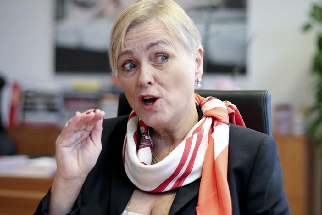Kulturminister Thorild Widvey skal vurdere alternativer til NRK-lisensen.