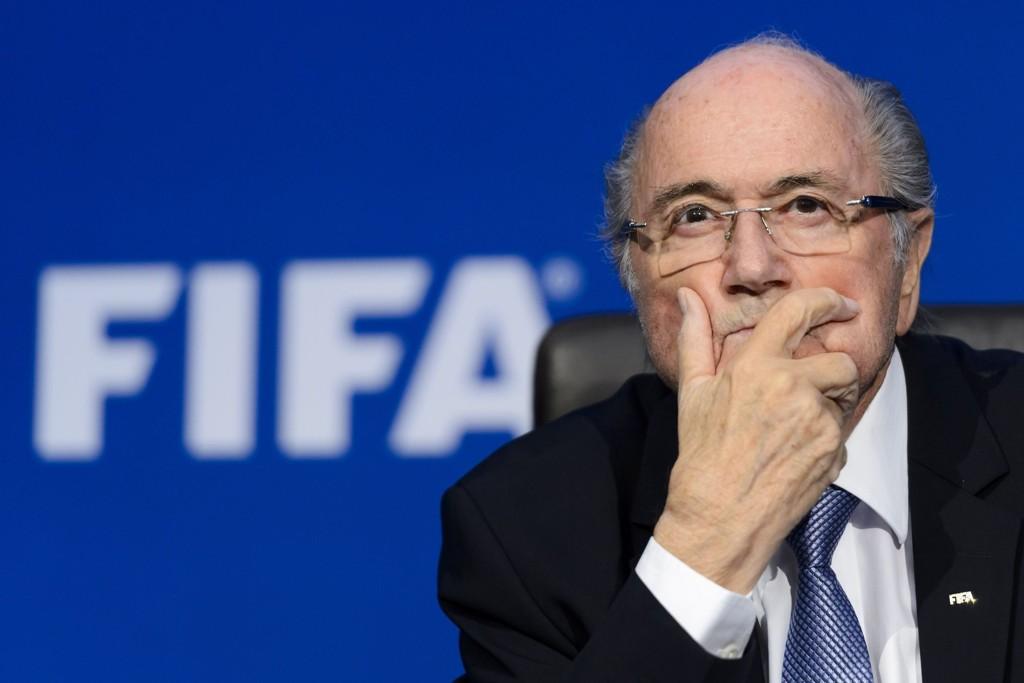 FIFA-president Sepp Blatter bes gå med umiddelbar virkning av gigantsponsoren Coca-Cola.