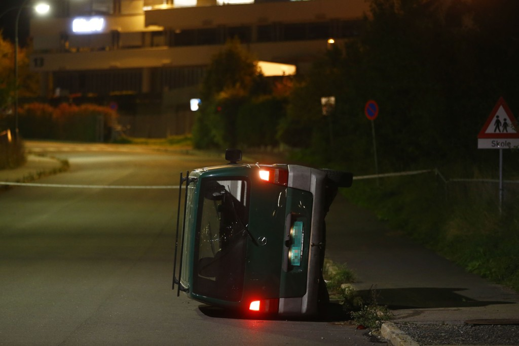 En mann ble fredag kveld funnet fastklemt under en bil på Økern i Oslo, og ble senere erklært død. Politiet veltet bilen over på siden for å få ut mannen da de kom til stedet.