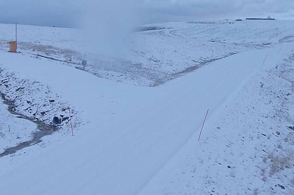 VANSKELIGE FORHOLD: Det er snø og glatte veier på E69 i Nordkapp 283 meter over havet.