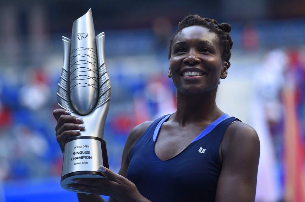 TIL TOPPS I ØST: Venus Williams fikk med seg vinnertrofeet etter en ampurtert finale i Kina lørdag.