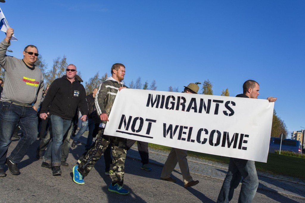 DEMONSTRASJONER: Anti-migrasjon protester i den finske grensebyen Torneå lørdag.