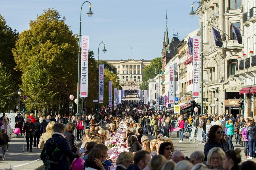 Oslo 20151003. Kreftforeningen arrangerer Rosa Sløyfe-lunsj på Karl Johan i Oslo lørdag. Foto: Vegard Wivestad Grøtt / NTB scanpix