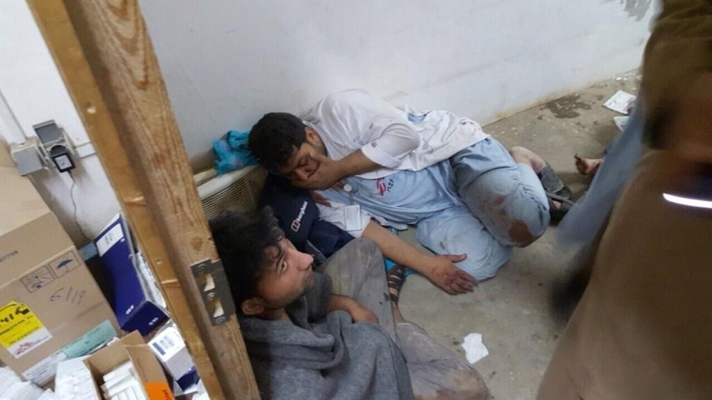 ANGREPET: Helsepersonell fotografert i en av de gjenværende delene av Leger Uten Grensers sykehus etter luftangrepet i Kunduz natt til lørdag. Foto: Leger Uten Grenser / NTB scanpix
