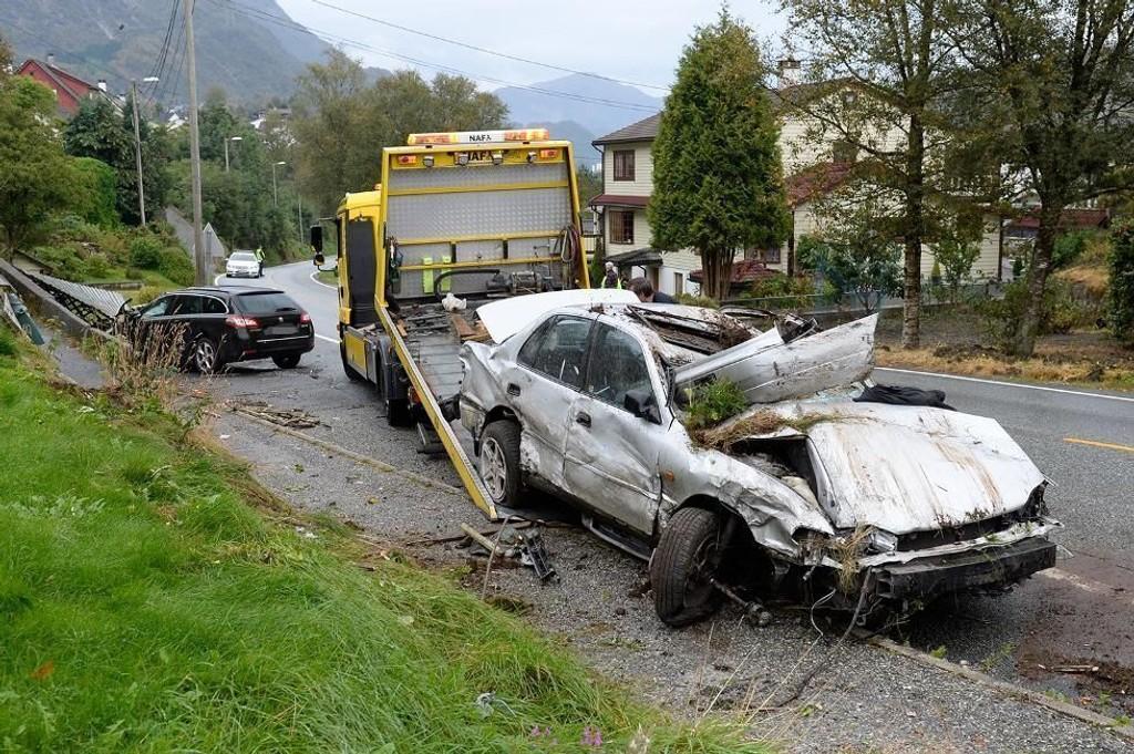 KOLLIDERTE: En 20 år gammel mann ble lettere skadd da han kolliderte med en parkert bil. Foto: Magne Turøy (Bergensavisen)
