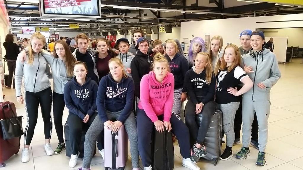 LEI: Skoleklassen fra Langnes skole i Tromsø skulle egentlig fly hjem fra Berlin søndag morgen. Slik gikk det ikke. For 15 av de 22 elevene er de ikke hjemme i Tromsø før sent mandag. Foto: Torkil Grindstein