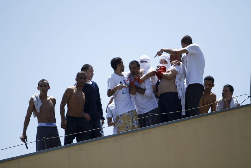 TOK OVER KONTROLLEN: En kaotisk gisselsituasjon oppsto etter at innsatte gjorde opprør og tok kontroll over et fengsel i Londrina i Brasil tirsdag.