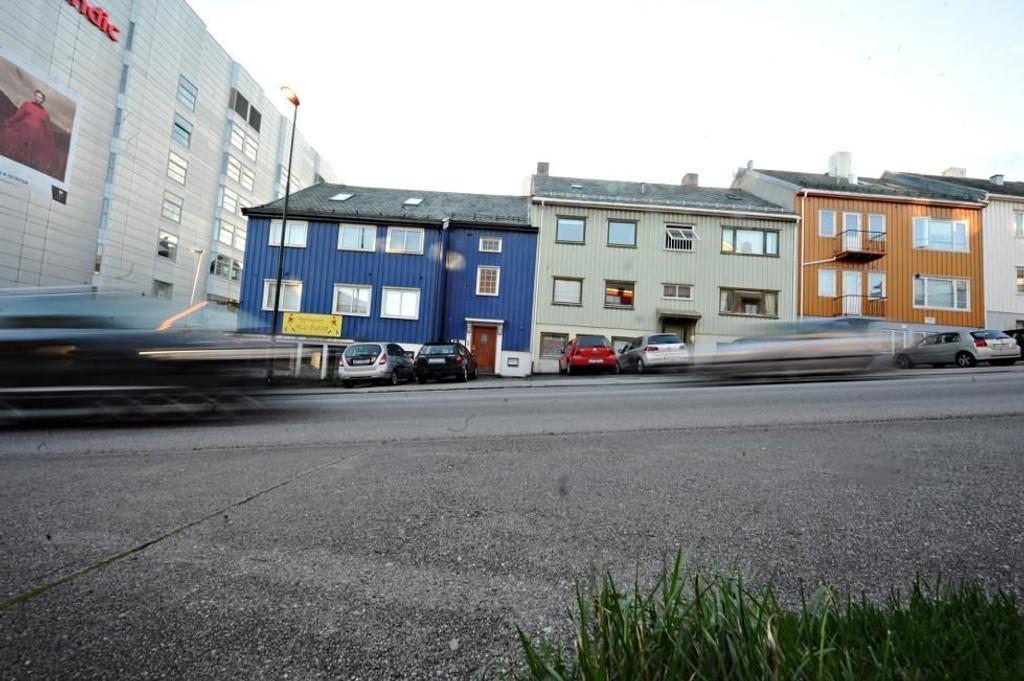 Politiet advarer barn mot livsfarlig lek som går ut på å løpe ut i veien, rett før bilen passerer.