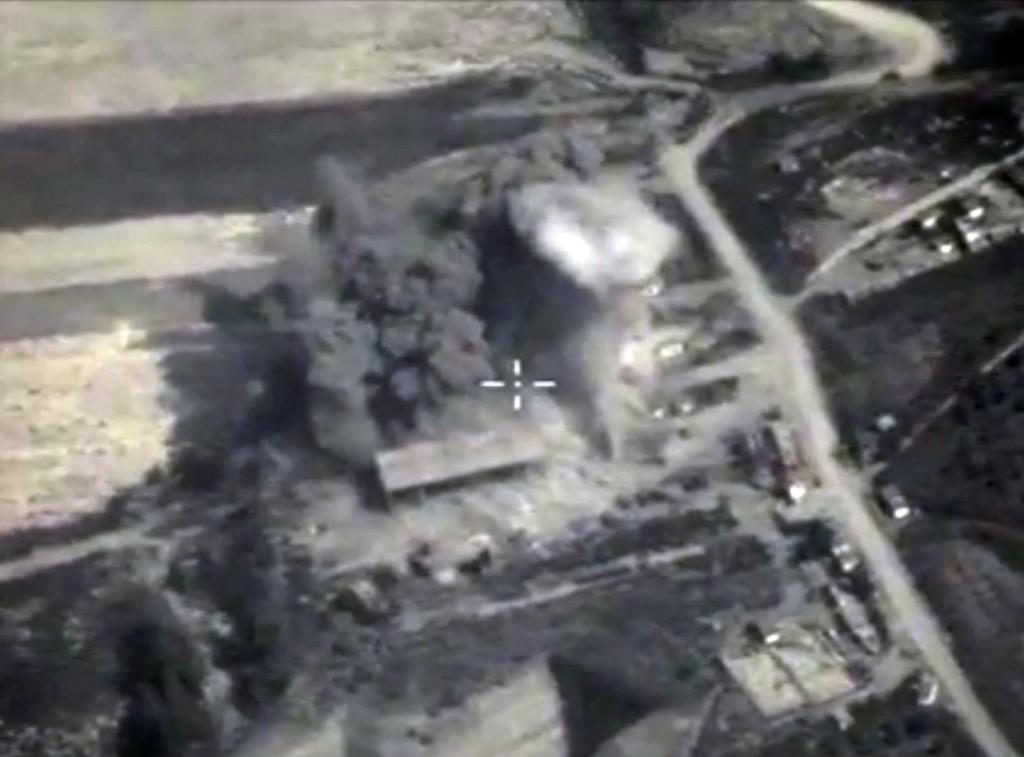Dette bildet gjorde det russiske forsvarsdepartementet tilgjengelig for pressen søndag. Det viser en bombeeksplosjon i Syria
