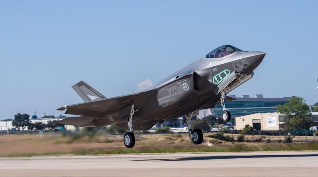 PÅ VINGENE: Første testflyging med de nye norske kampflyene F-35 ble gjennomført sent i tirsdag ettermiddag på Lockheed Martins testbane i Fort Worth, Texas.
