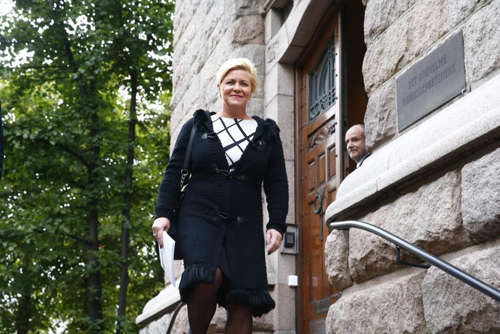 Finansminister Siv Jensen (Frp) på vei til Stortinget fra Finansdepartementet med statsbudsjettet i vesken.