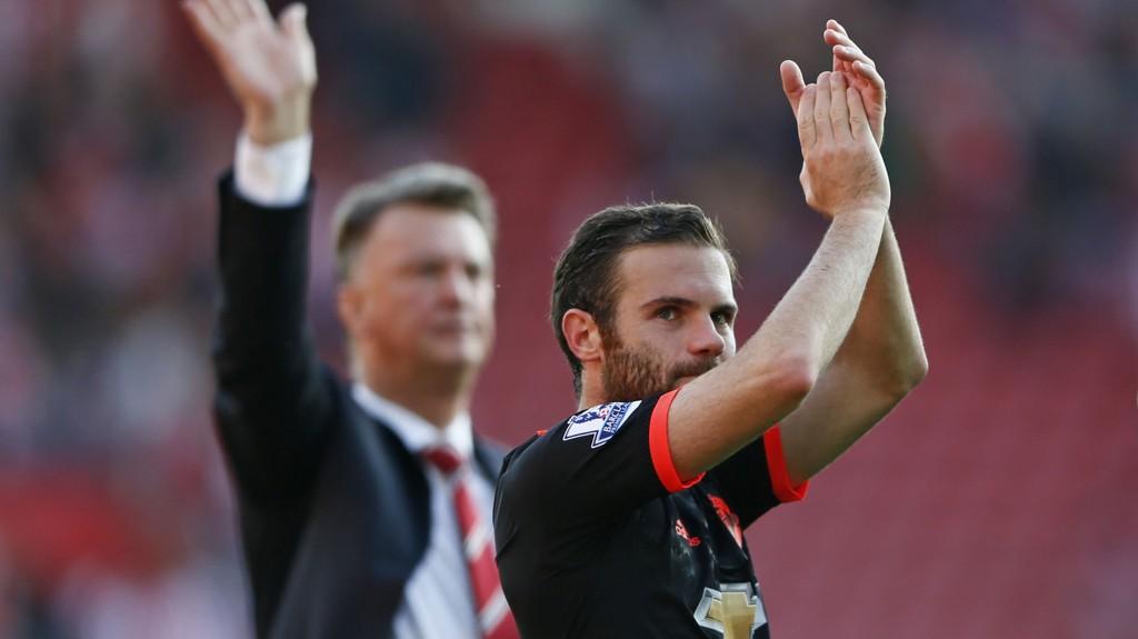 GODT FORHOLD: Juan Mata mener United-spillerne kjenner trener Louis van Gaal bedre nå.