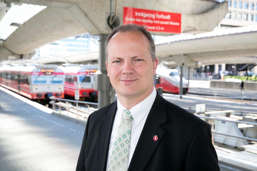 Samferdselsminister Ketil Solvik-Olsen (Frp) sier de som har spekulert i om billettpriser for kollektivtransport og flyreiser til distriktene blir dyrere, tar feil