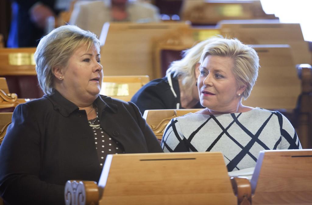 Finansminister Siv Jensen (Frp) og statsminister Erna Solberg (H) (t.v.) under fremleggelsen av statsbudsjettet 2016 i Stortinget, onsdag.